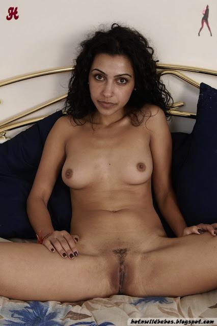 Shefali Sharma classy desi babe expose to pose nude indianudesi.com