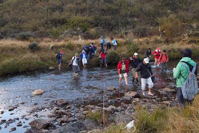 Cruzando el Río Frío. Foto: Jorge Bela