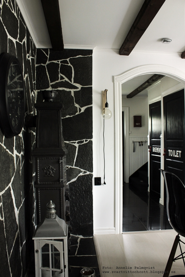 kök, industristil, stensatt vägg, väggar, stenvägg, stenväggar, kamin, svarta dörrar, vitt golv, parkett, vit parkett, plankgolv, annelies design, inredning, inredningsblogg, blogg