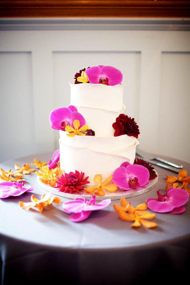 Flowers are always a simple and elegant way to decorate your wedding cake