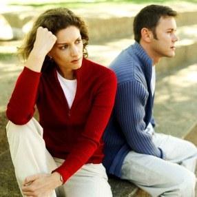 اضطهاد الرجال لحقوق المرأة - زوجان حزينان - sad married couple