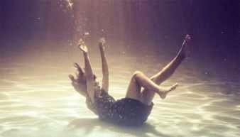 Persona cayendo en el mar