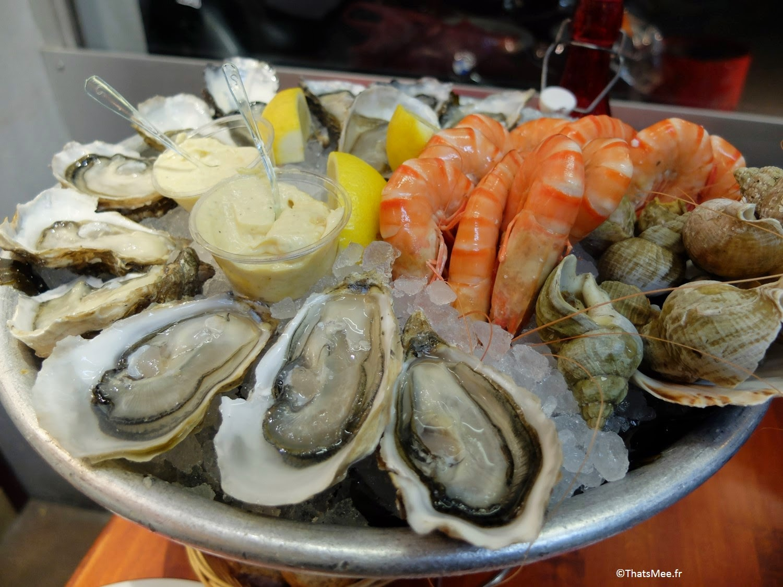 Dégustation fruits de mer huitres crevettes bulots marché couvert Halles de Lyon Paul Bocuse gourmet gastonomie cuisine tradi française