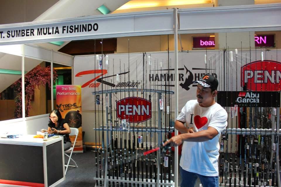 Di latarbelakang terlihat peserta Indonesia Fishing Tackle Exhibition 2014