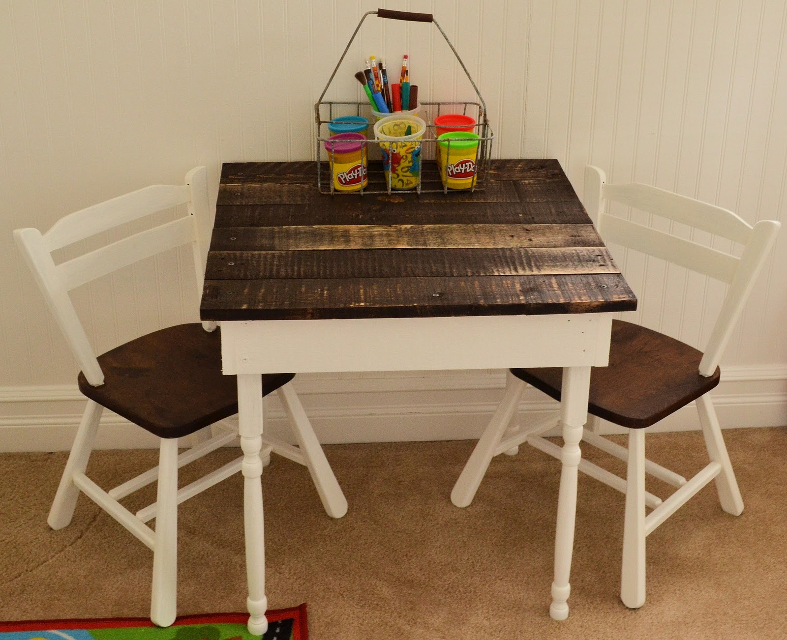 Shabby love kid 39 s pallet table for Wooden kids table