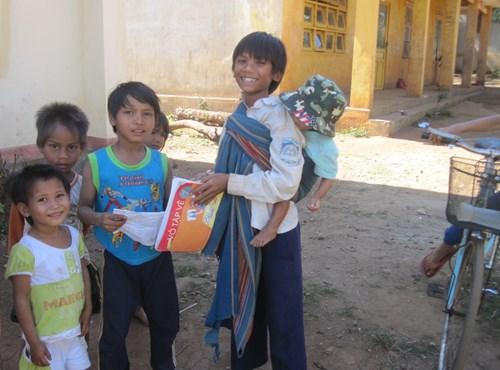 Gia Lai: Hỗ trợ gạo cho các học sinh khó khăn