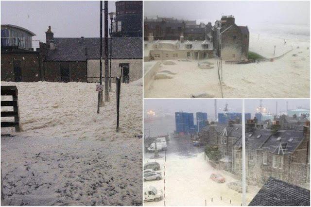 Espuma marina sobre Footdee, Fittie, el barrio de pescadores de Aberdeen, tras temporal