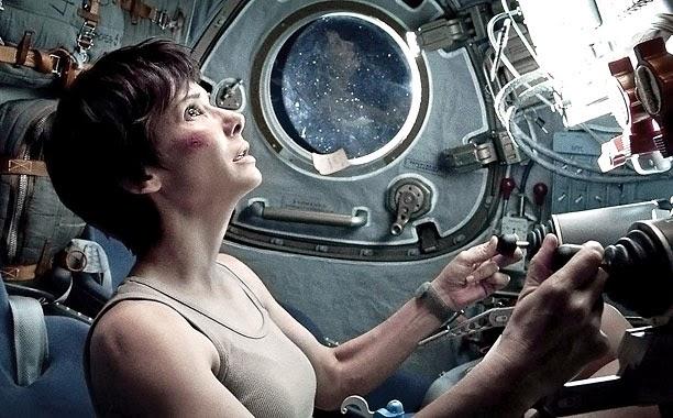 Escena de Sandra Bullock en modulo espacial ruso.