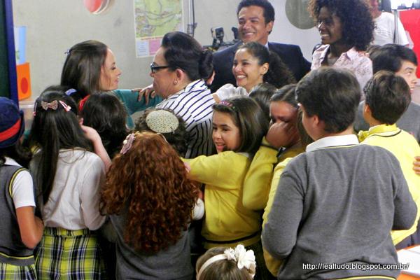 FIM DA NOVELA CARROSSEL sbt 2013 FOTOS - HELENA ABRAÇA OLÍVIA E AS CRIANÇAS
