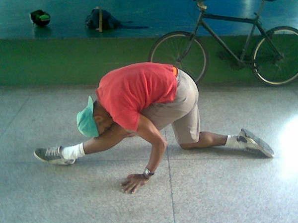 alongamento para pernas para bboys