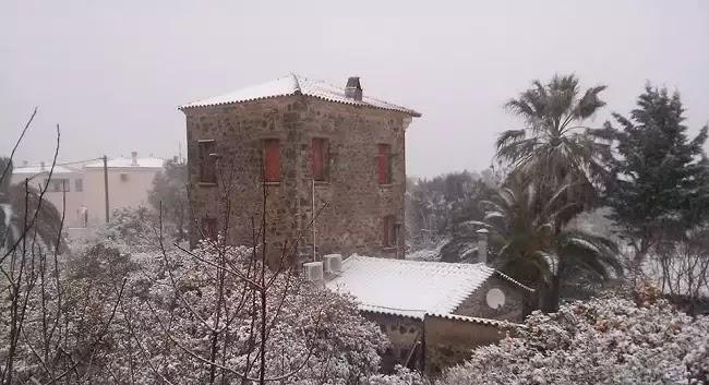 Ξύπνησε στα «λευκά» η Μυτιλήνη - Σφοδρή η χιονόπτωση σε όλο το νησί