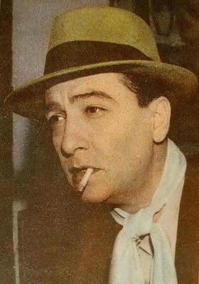 Hugo del Carril con sombrero fumando