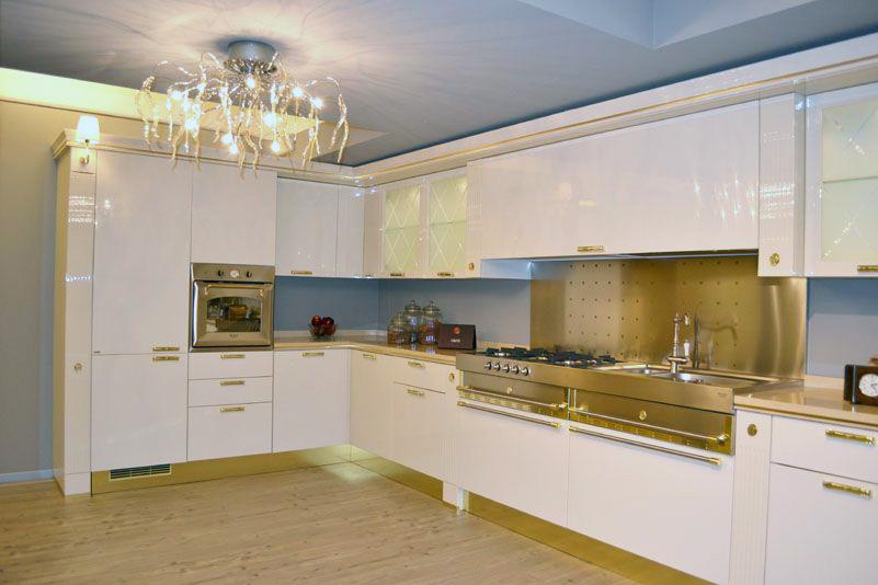 El componente dorado en la cocina un paseo a otra poca for Cocinas blancas clasicas