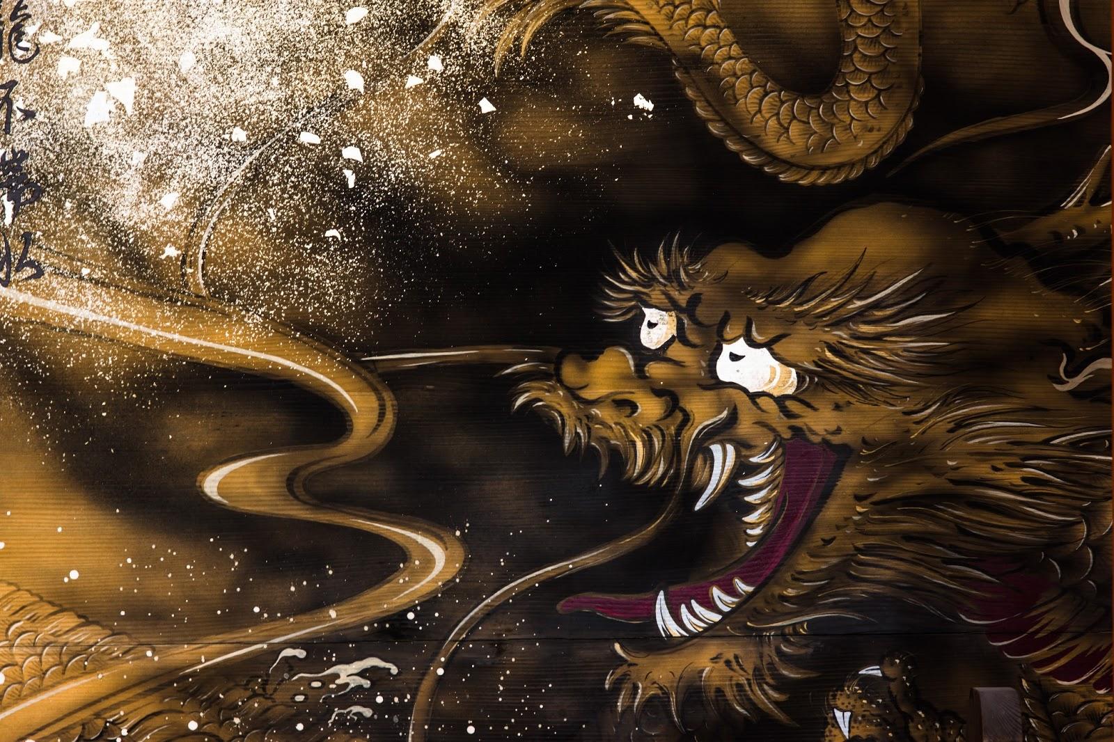 龍が描かれた木製の看板の写真