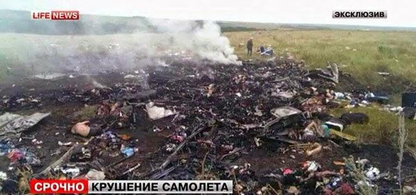 Bangkai pesawat MAS MH17