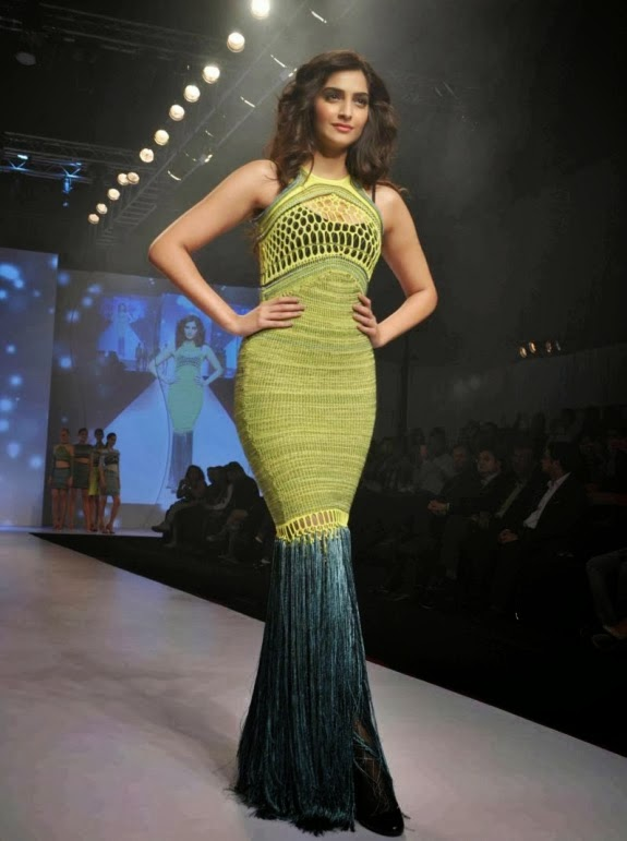 Sonam Kapoor Latest Hot Pics In Her Green Gown At An Fashion Event On Ramp
