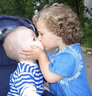 طفلين حلوين