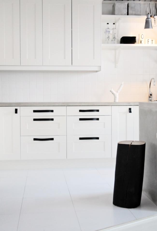Hth Kok Diskho : vita kok  peppar o vanilj vitt golv, vita luckor och betong i koket