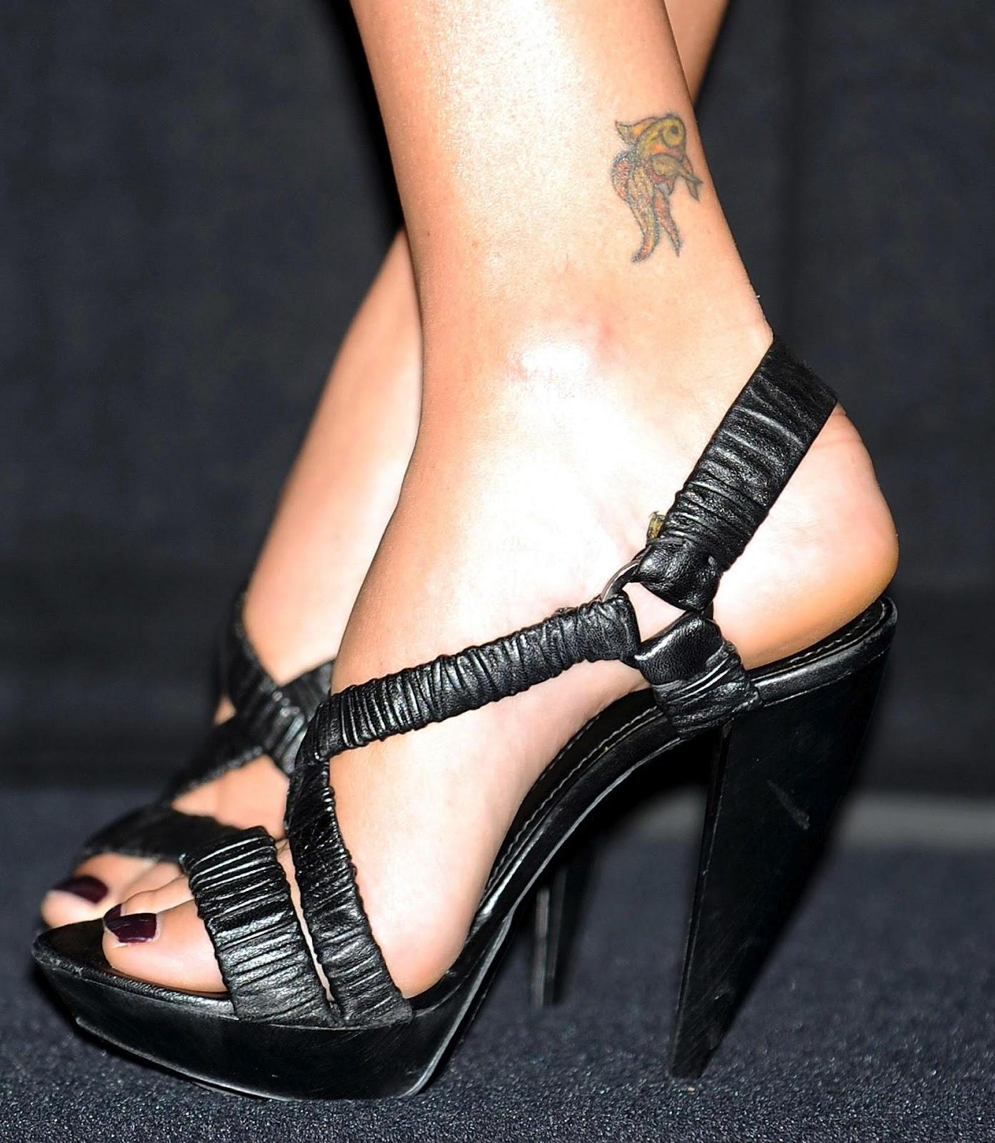 http://3.bp.blogspot.com/-C0peCUJYYuk/TzLmS5vo0KI/AAAAAAAADUw/KoV8HnuuY7g/s1600/charlize-theron_tattoo_04.jpg