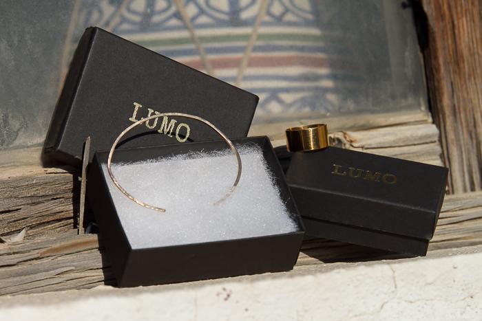 Marca de joyería LUMO brazalete dorado y anillo ancho