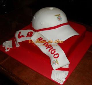 Bolos Chapeu e Cachecol Benfica, Bolos Chapeus, Bolos Bones, Bolos Futebol, Bolos Decorados Futebol, Designer de Bolos, Cake Designers