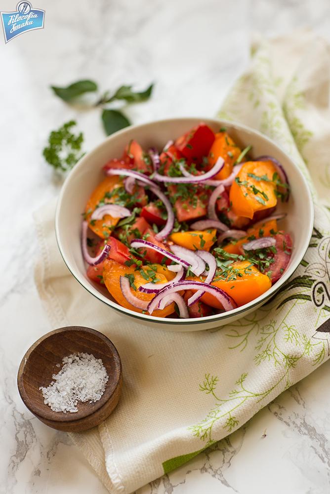 Sałatka z pomidorem i cebula