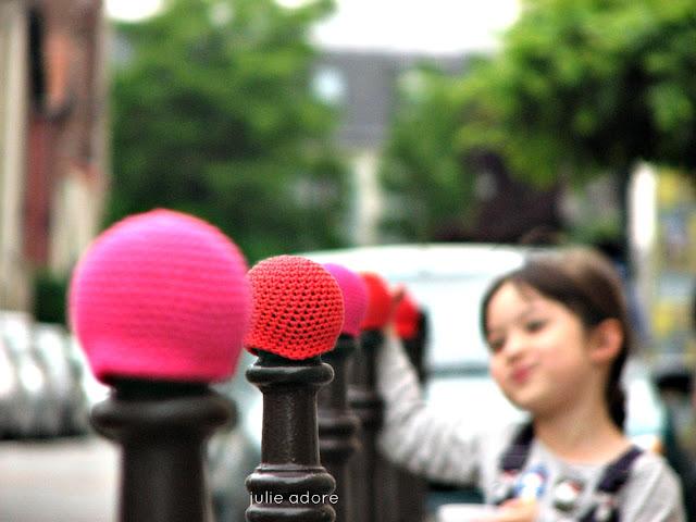 julie adore crocheter, elle laisse les bonnets de poteau -voyageurs dans la ville, street art participatif