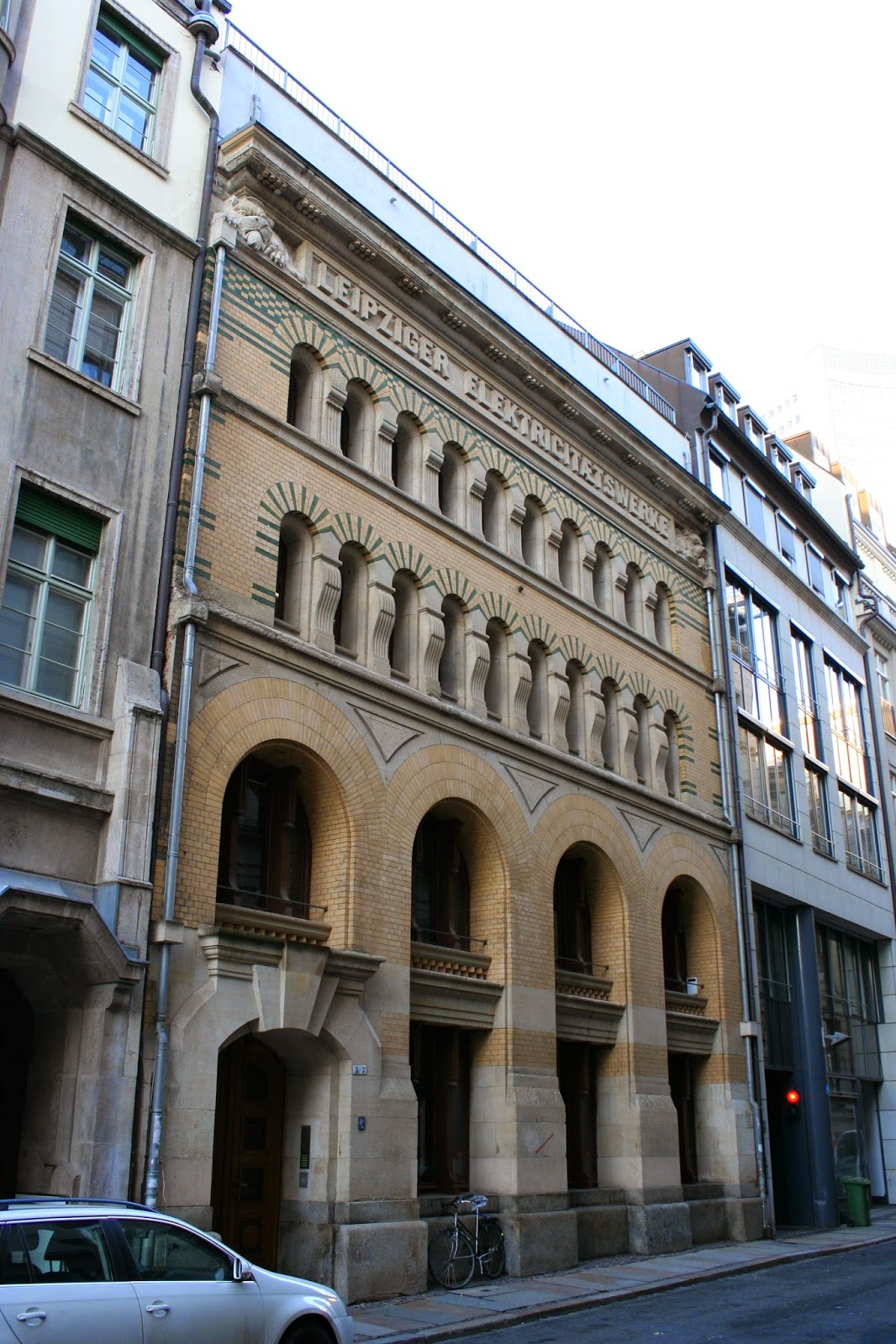 """Dieses Gebäude in der Magazingasse Nummer 3 der Innenstadt war eine Unterstation bzw. Akkumulatorenhaus und wurde von 1894 bis 1895 erbaut - in diesem Haus wurde ehemals Drehstrom in Gleichstrom umgewandelt - Paul Möbius gestaltete das Gebäude als Architekt mit - gut zu erkennen ist die Aufschrift """"Leipziger Elektrizitätswerke"""", offenbar mit """"c"""" geschrieben"""