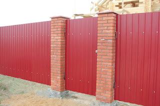 Забор из профлиста с кирпичными столбами. Фото 40