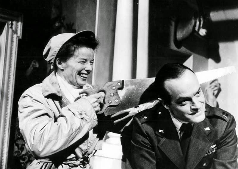 """Katharine Hepburn y Bob Hope haciendo el tonto en el set de """"Faldas de acero"""" (1956)"""