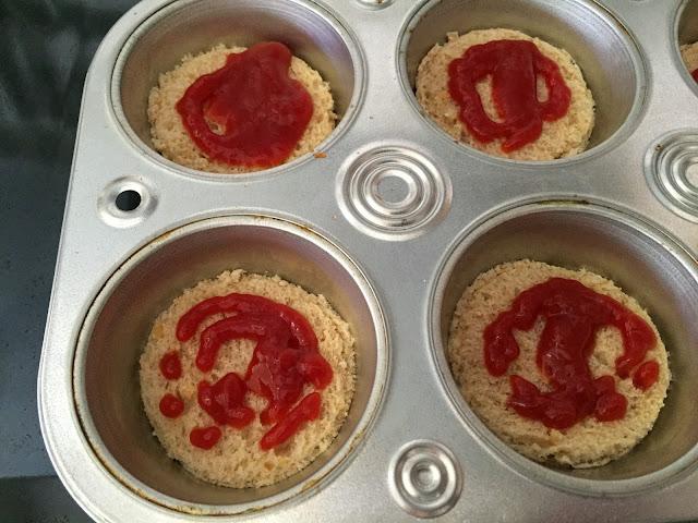 Mini tostas de jamón, queso y aceitunas. Poniendo base de pan y ketchup.