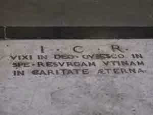 tulisan VIXI di batu nisan