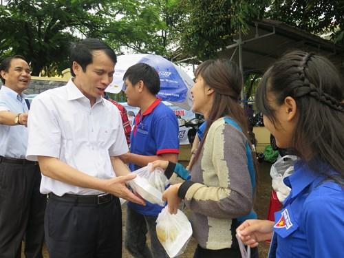 Gia Lai: Thứ trưởng Bộ GD&ĐT phát cơm miễn phí cho thí sinh