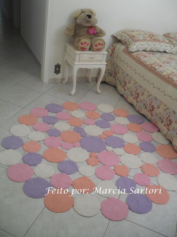 tapete para quarto de crochê bordado três cores