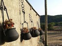 Olles amb els seus clemàstecs. Aquests eren de ferro forjat i servien per penjar l'olla sobre el foc a la llar de foc
