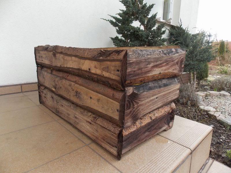 Skrzynie drewniane w ogrodzie