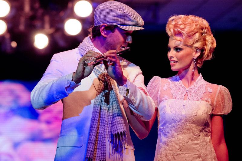 Edu Rosa tocando flauta ao lado da modelo Anna Mark