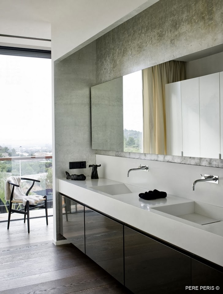 Black and white bathroom in Window House by LADAA in Valencia