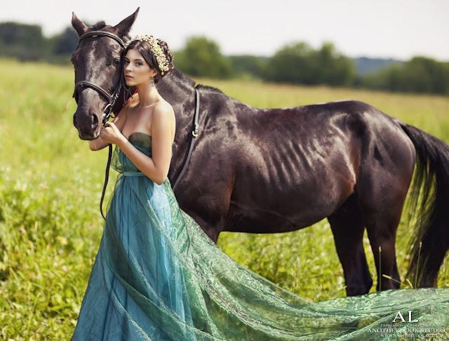 лошадь и девушка в ткани