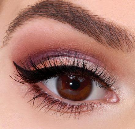 Maquillaje de ojo de gato con sombras violeta y coral Belleza ...