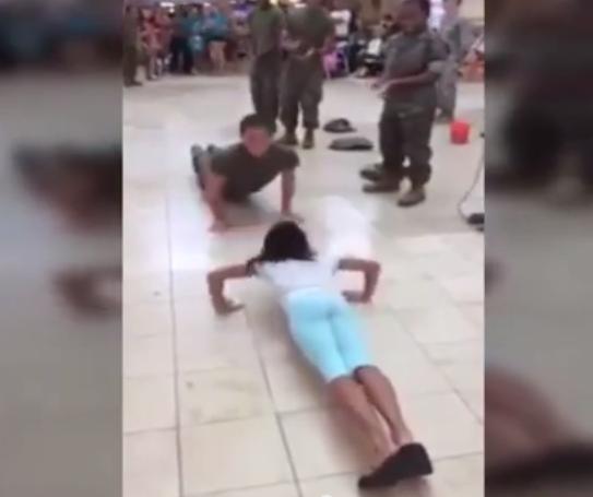 شاهد فتاة صغيرة تتنافس مع جندي البحرية في رفع التحدي