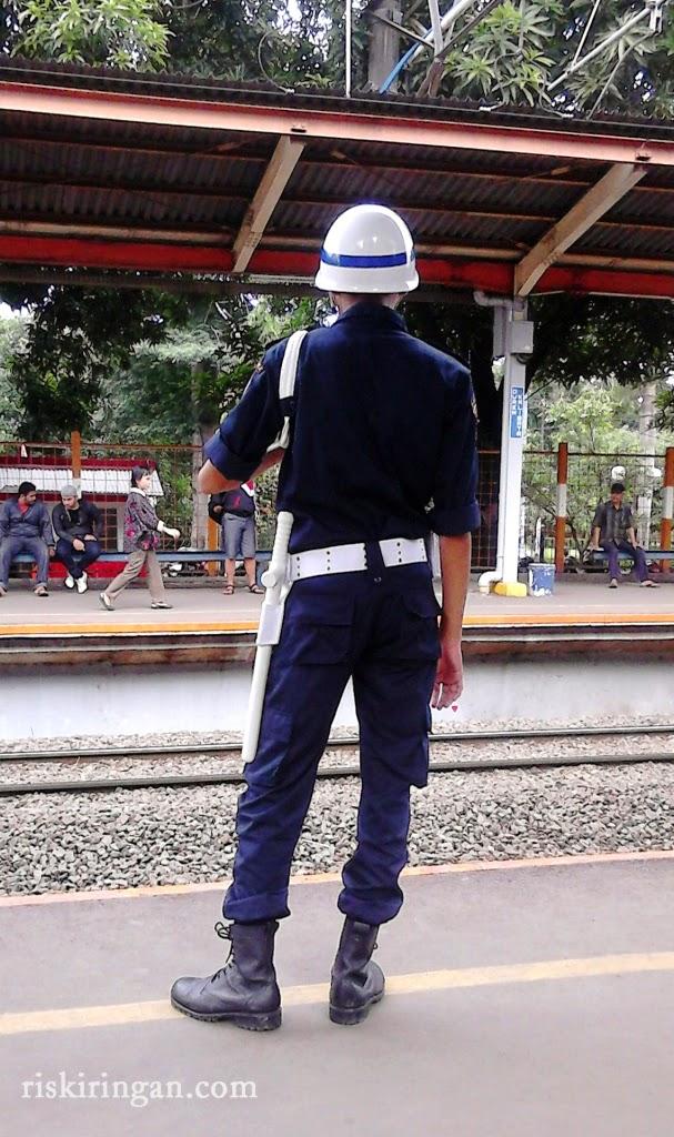 petugas stasiun commuterline