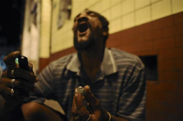 Drogadicto de Brasil consumiendo crack