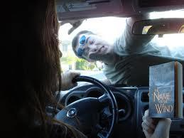 jangan membaca saat sedang mengemudi