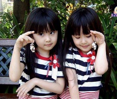 Foto Anak Kembar Perempuan Lucu