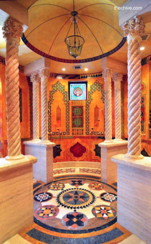 Sector de columnas de mármol en el interior de la mansión Versace
