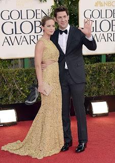 إميلي بلانت بإطلالة كلاسيكية من خلال فستان ذهبي براق برفقة جون كراسنجساي
