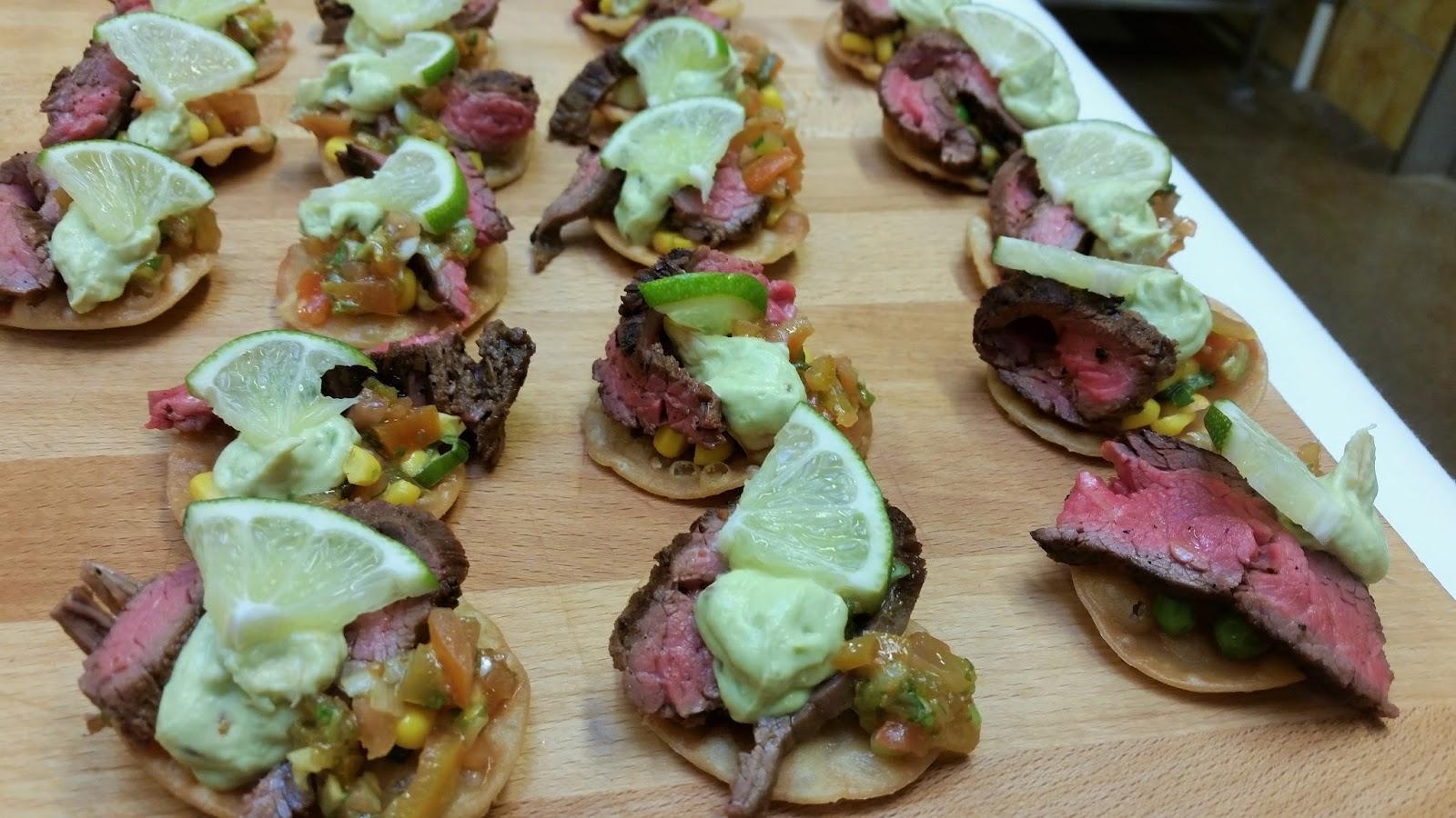 Tostados med flank steak, salsa, majs salat og avocado creme