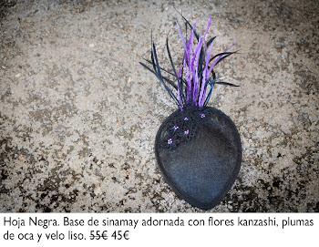 Tocado de sinamay adornado con flores kanzashi, plumas de oca y velo liso