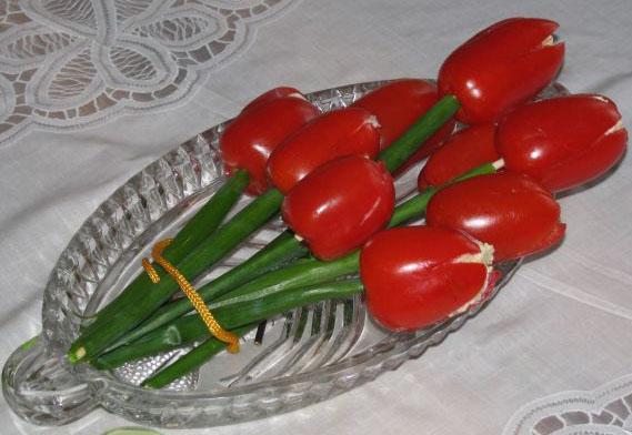 Салат из сыра в виде тюльпанов